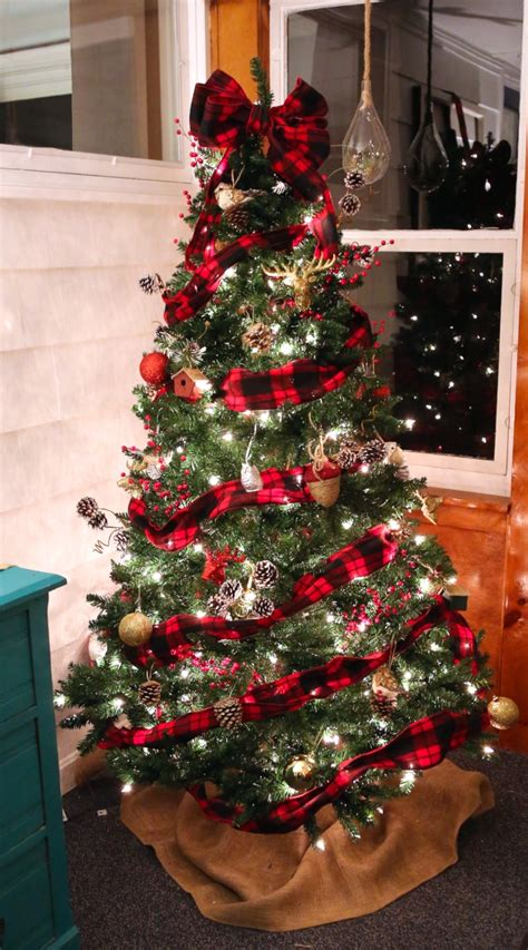 christmas tree decorating ideas with plaid ribbon buffalo check plaid tree weekend craft