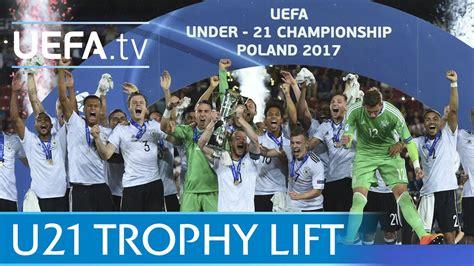Deutschlands u21 hat das große ziel titelverteidigung verpasst, trotz der finalniederlage gegen spanien aber ein starkes turnier gespielt. Germany lift the 2017 U21 trophy - YouTube
