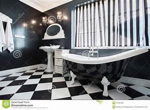 Salle De Bain Noire Et Blanche : baignoire noire et blanche dans la salle de bains photo ~ Melissatoandfro.com Idées de Décoration