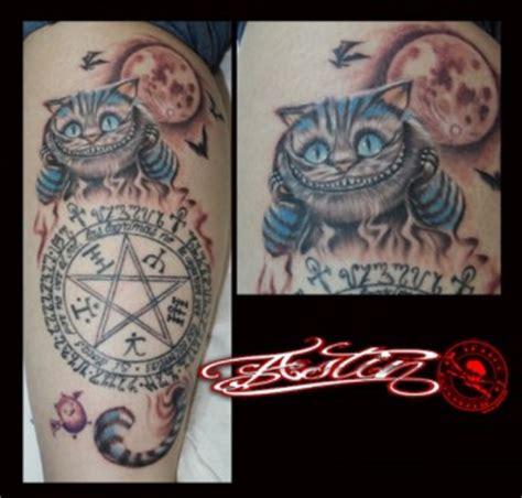 Tatuaje de gato de Alicia en el país de las maravillas y