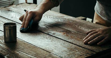 teak meubelen poetsen houten tafel schoonmaken zo verwijder je de vervelende
