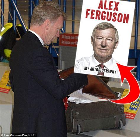 david moyes begins reading sir alex ferguson s autobiography daily mail online