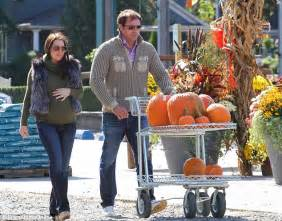 Ex Spitzer Prostitute Ashley Dupre Shops For Pumpkins With