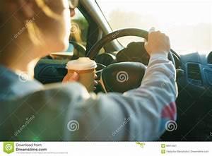 Pret Caf Pour Voiture : femme avec du caf pour aller conduire sa voiture image stock image 92613421 ~ Gottalentnigeria.com Avis de Voitures