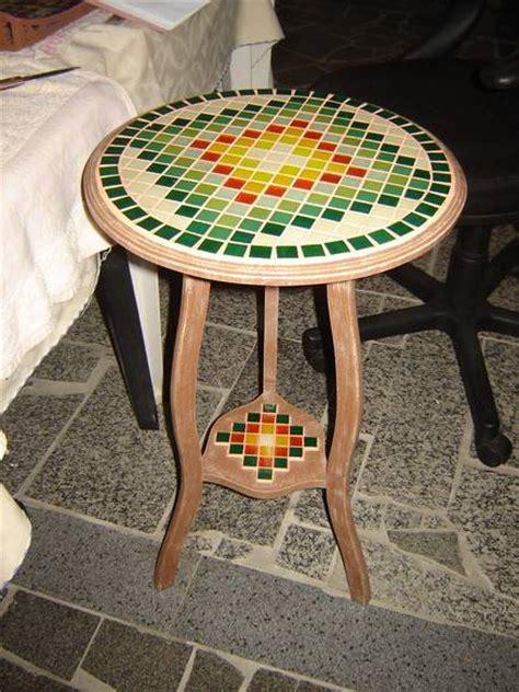 mesa de canto redonda  mosaico  elo atelie arte em