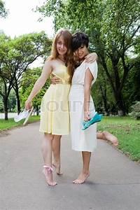 Junge Mädchen Fotos : junge m dchen barfu im park stock foto colourbox ~ Markanthonyermac.com Haus und Dekorationen