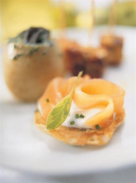canap駸 au saumon recette canapé de saumon sur fromage frais aux épinard et recette
