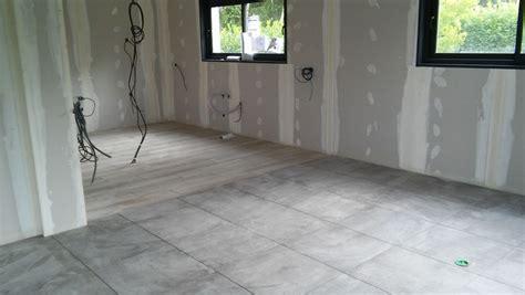 salon parquet cuisine carrelage photo carrelage sejour cuisine gris avec un effet inhomogène pour le salon et la salle à manger