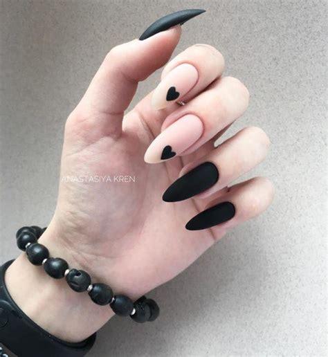 Los diseños de uñas con piedras son patrones abstractos y se ven muy artísticos y uno puede lograr estos fácilmente mediante la combinación de puntos, rayas, formas geométricas, diseños tribales y flores. Uñas negras 2020 - Blogmujeres.com