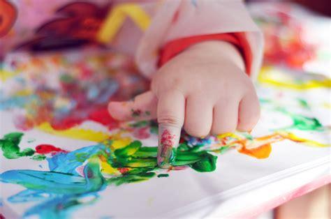 atelier cuisine en creche activité manuelle bébé peinture et pâte à modeler