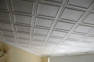 Les dalles de plafond à l'intérieur du polystyrène expansé