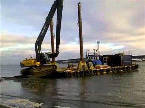 unloading excavator   dredge barge youtube