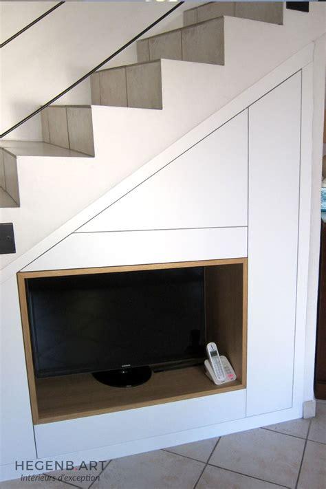 cuisine cacher meuble tv encastré sous escalier hegenbart