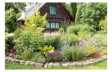 Ciemos vienā no skaistākajiem Ogres dārziem ar pakavveida ...