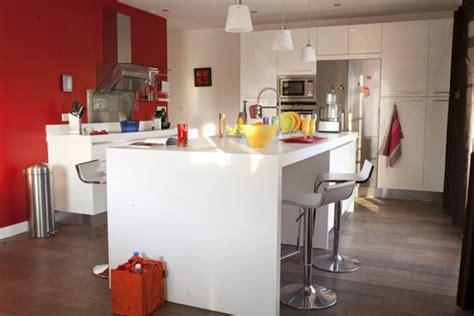 cuisine intégré îlot de cuisine laquée blanche avec coin repas intégré