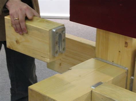 balken verbinden holz balken mit verbindungsbeschlag ansetzen