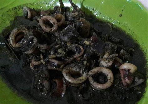 Cumi bisa diolah dengan beragam resep, salah satu yang patut anda coba adalah resep cumi hitam, disebut cumi hitam karena memang menggunakan bagian cumi yang dijadikan saus, yakni tinta cumi. Resep Cumi masak hitam gurih oleh Bundanya atgaf (Antiekkr margana Tgr) - Cookpad
