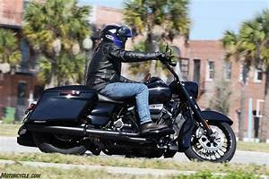 motorscycle.com 2017 Harley-Davidson Road King FLHRXS ...