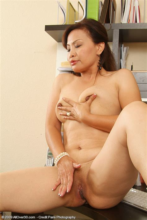 Hot Older Women 44 Year Old Maya From Indonesia In High Quality Outside