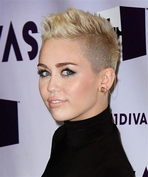 miley cyrus casual hairstyle light golden