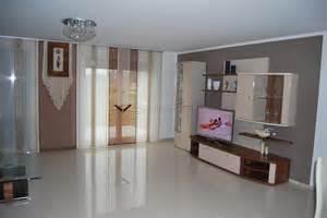 wohnzimmer braun beige weiss beige brauner schiebevorhang fürs wohnzimmer mit blumenelement und ösen