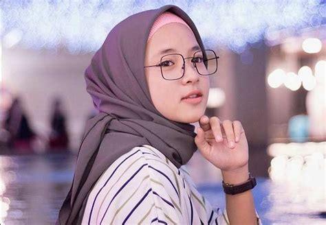 Nissa Sabyan Dapat Kecaman Netizen Karena Injak Sajadah