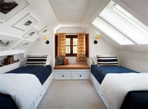 Schräge Wände Dekorieren by A Pitched Ceiling And Built In Beds Make A Cozy Guest Nook
