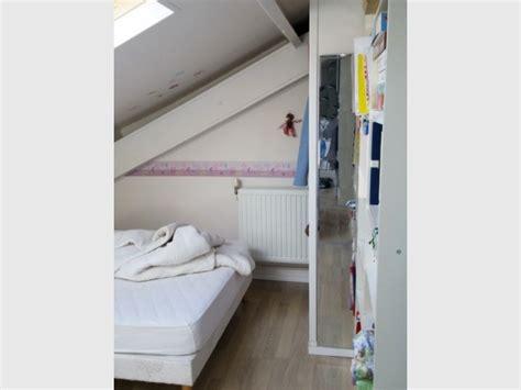 air sec dans une chambre aménager ses combles une chambre très mansardée devient
