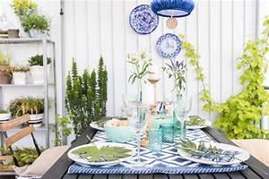 Tischdeko auf dem balkon und schwarzer quinoa salat mit for Markise balkon mit tapeten in blau