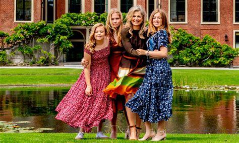 queen maxima  family pose  stunning