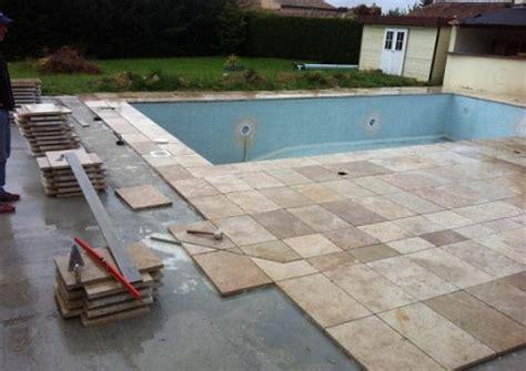 carrelage ext 233 rieur travertin en naturelle pour terrasse piscine jardin