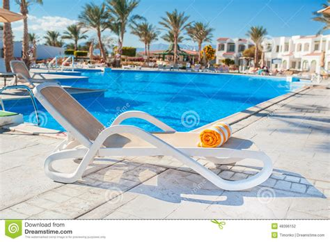 chaises longues de piscine chaise longue on the background of the pool at the hotel