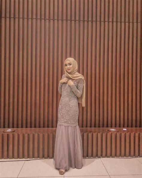 Berikut daftar model baju pesta muslim dress gaun hijab gamis kombinasi modern. 8 Inspirasi Dress & Kebaya Brokat dengan Hijab buat Kondangan