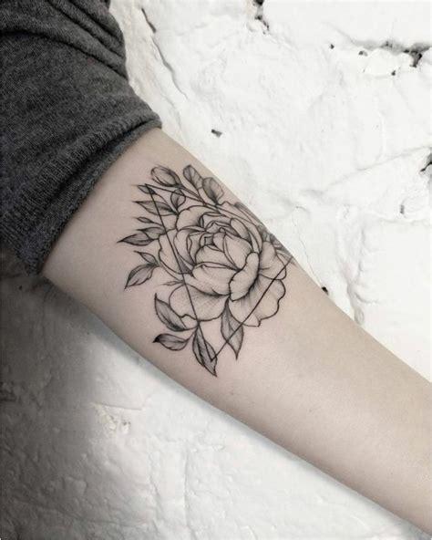 tatouage fleur de lotus poignet signification sensual