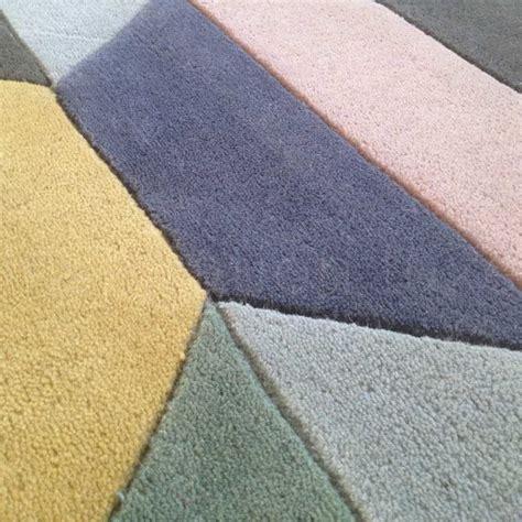 tapis graphique tapis graphique bleu  beige motifs