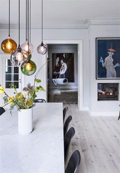 Stijlvolle glazen bollen als verlichting boven de eettafel