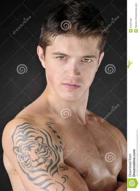 Tatouage Sur L épaule Hommes Avec Le Tatouage Du Tigre Sur L 233 Paule Photos Libres De Droits Image 37947158