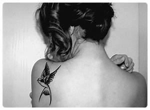 Tatouage Oiseau Homme : tatouage hirondelle epaule ~ Melissatoandfro.com Idées de Décoration