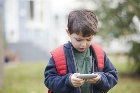 ¿Es bueno que los niños tengan un celular? Descubre qué ...