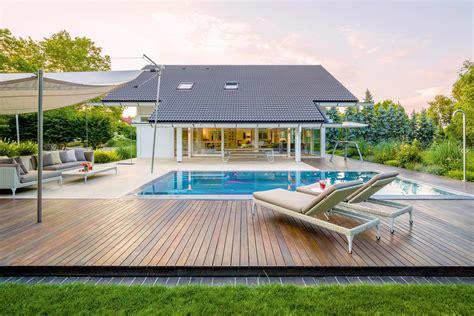 Pool Mit Holzterrasse by Loungem 246 Bel Bilder Ideen