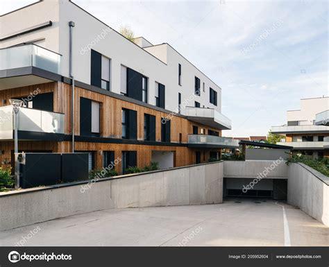 Moderne Häuser Mit Tiefgarage by Modernes Mehrfamilienhaus Mit Tiefgarage Stockfoto