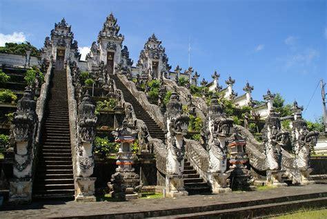 Wanita Menyusui Babi Wisata Budaya Menyaksikan Kemegahan Pura Luhur Lempuyangan Bali Info Wisata Kintamani Bali