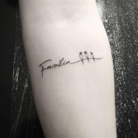 kleine tattoos familie familie schriftzug schwalben symbol like