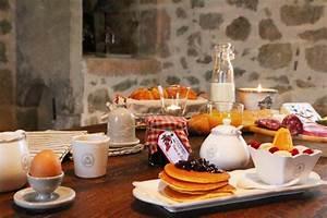 Table Petit Dejeuner Lit : table d 39 h tes in aveyron guesthouse in aveyron ~ Teatrodelosmanantiales.com Idées de Décoration