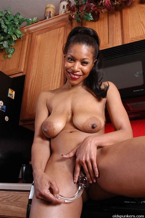 Plder Ebony Lady Semmie Lets Her Big Saggy Boobs Hang Loose In Kitchen Pornpics Com
