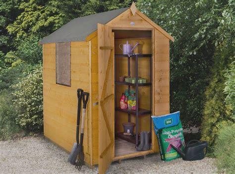 rangement outils jardin construire abri de jardin en bois astuces et photos