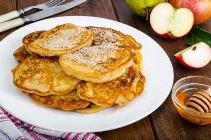 Tuang ke atas campuran tepung terigu. Resep Pancake Sederhana yang Mudah Dibuat di Rumah, Boleh dengan Pisang atau Apel