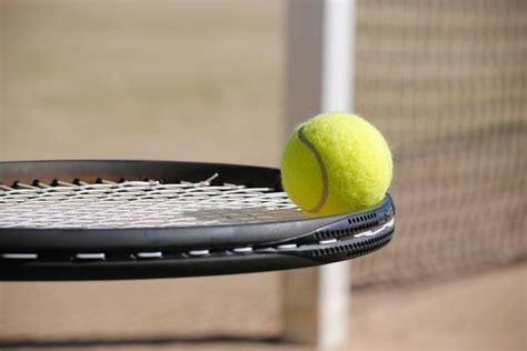 czy gra w tenisa jest trudna media vector