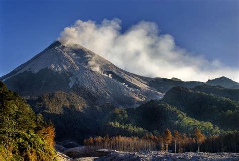 mengenal gunung merapi background