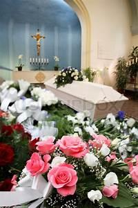 Beerdigung Schöne Ideen : sch ne beerdigung chappel mit sarg und stockfoto colourbox ~ Eleganceandgraceweddings.com Haus und Dekorationen